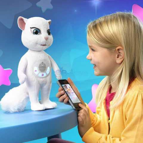 ילדה אשר משחקת באאפליקציה והבובה